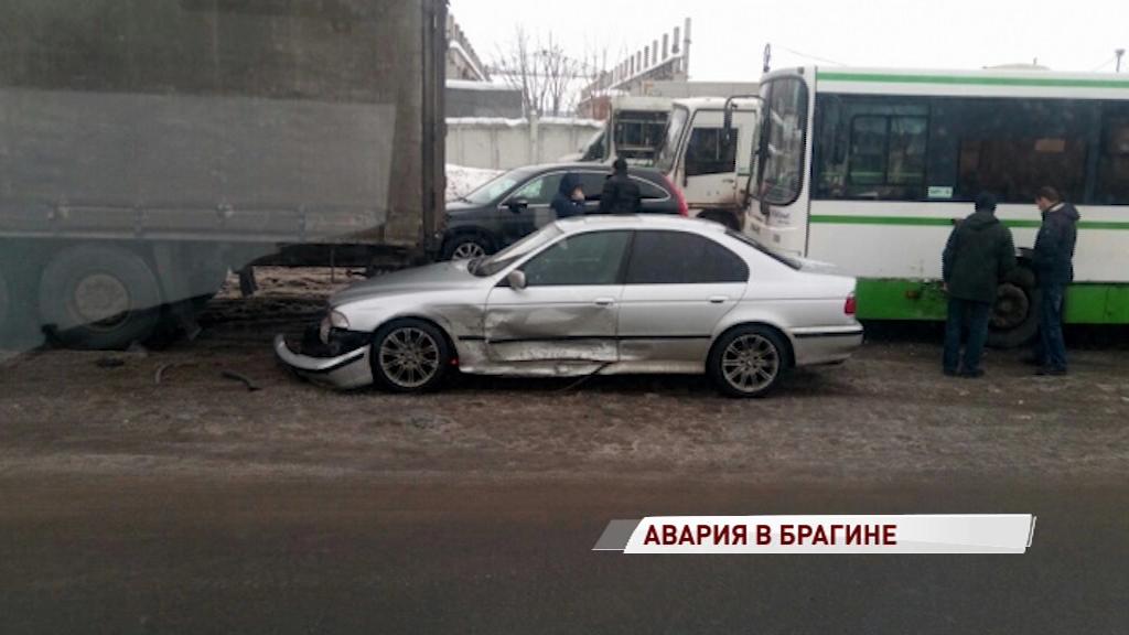 Утро не задалось: на улице Громова легковушка попала под фуру