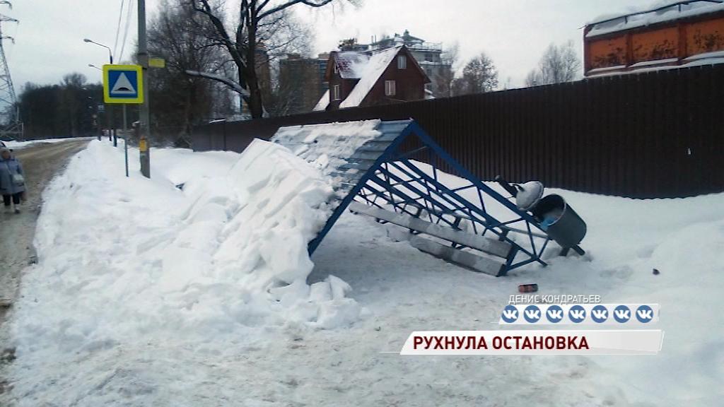 Остановка 8-й больницы рухнула от напора снега
