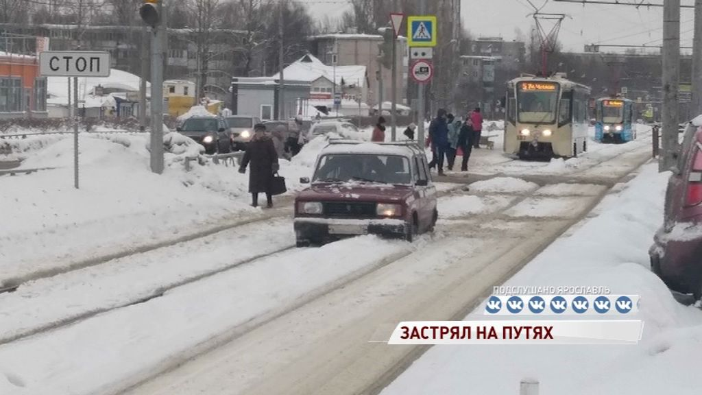 Водитель «Жигулей застрял на трамвайных путях
