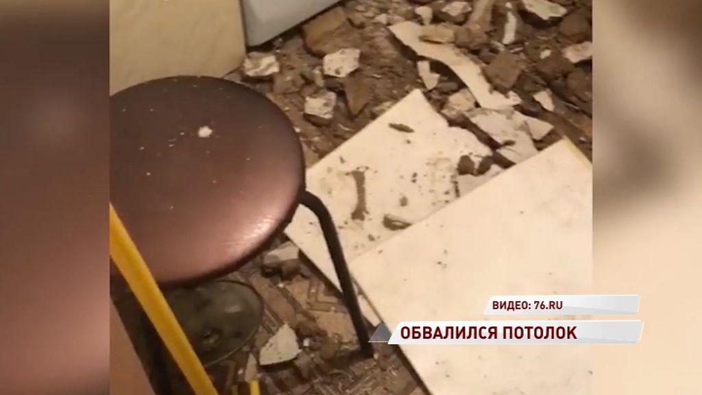 В Ленинском районе в одной из квартир обрушился потолок