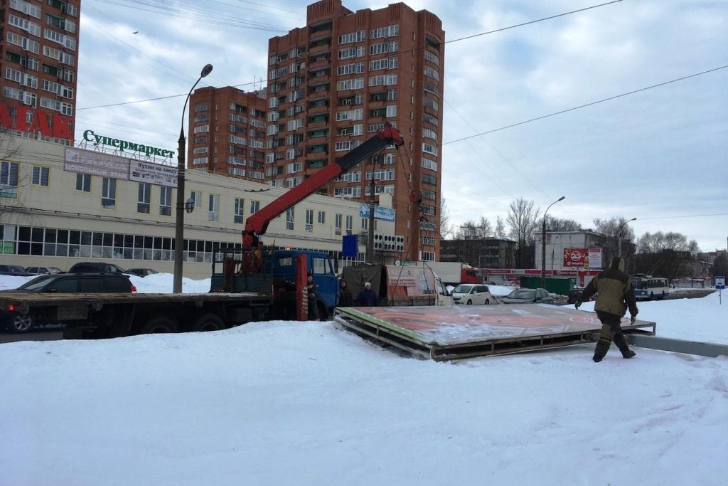 В нескольких районах Ярославля разобрали незаконные рекламные конструкции