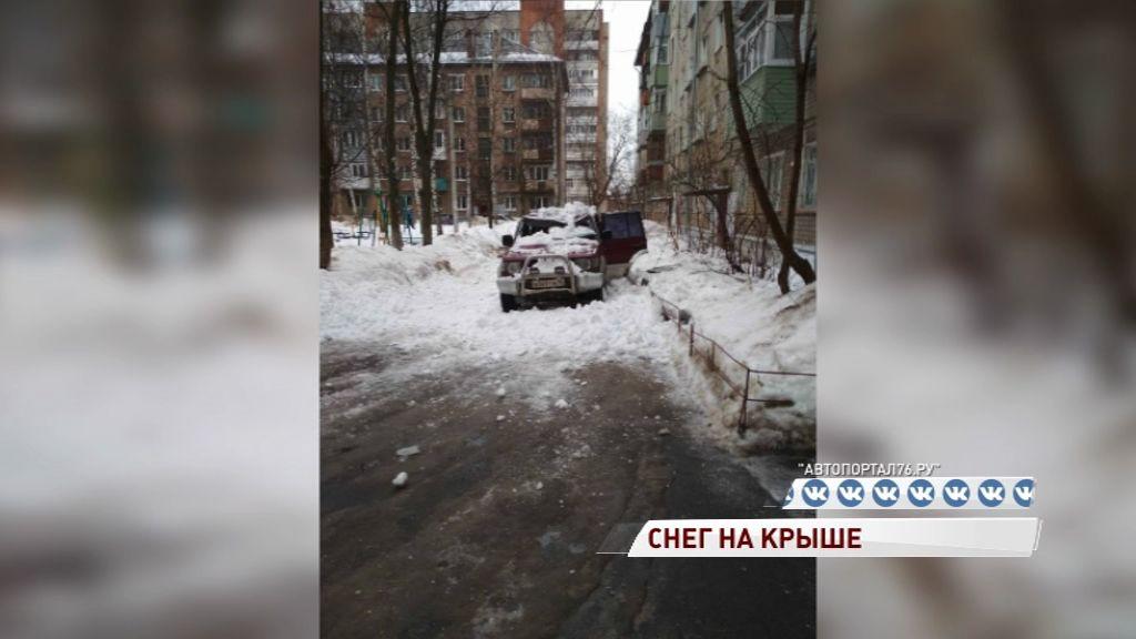 Упавший снег с крыши смял дорогой внедорожник