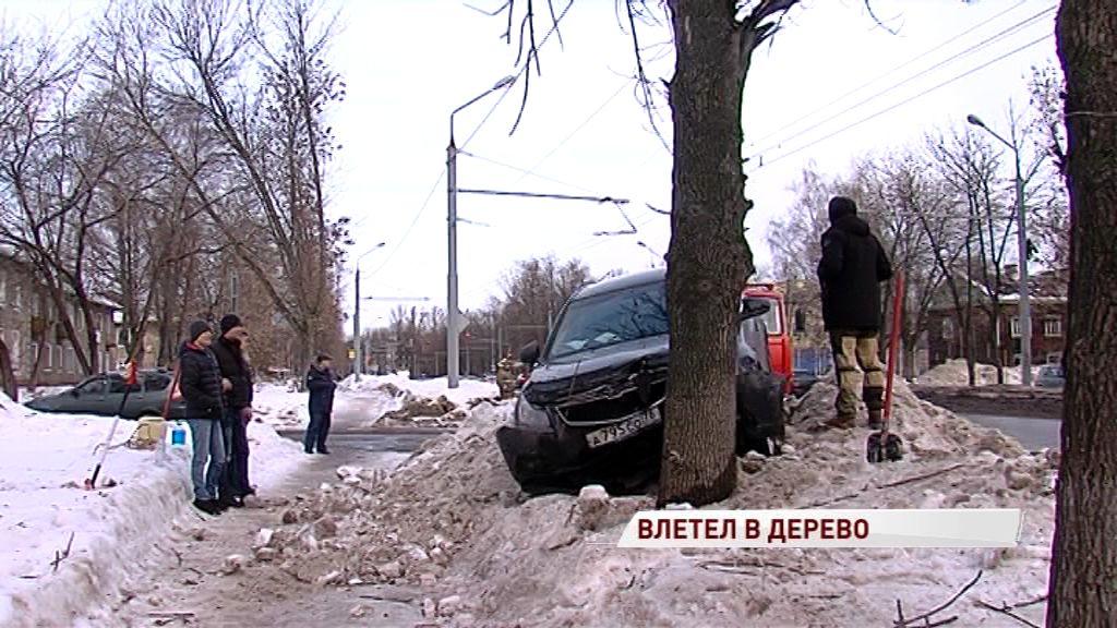 Легковушка врезалась в дерево на Тутаевском шоссе