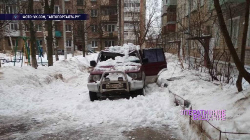 Снежная лавина сошла с кровли прямо на проезжавшую машину: подробности происшествия