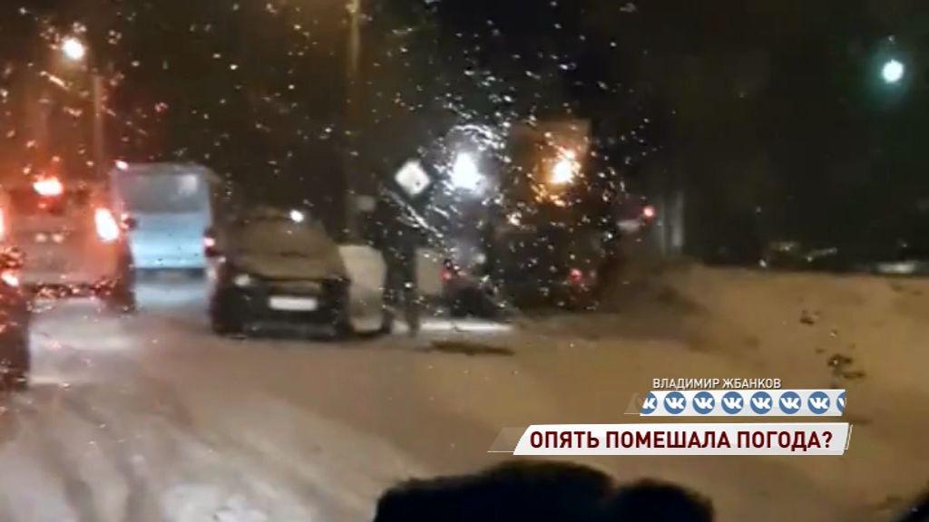 Такси влетело в снегоуборочную машину