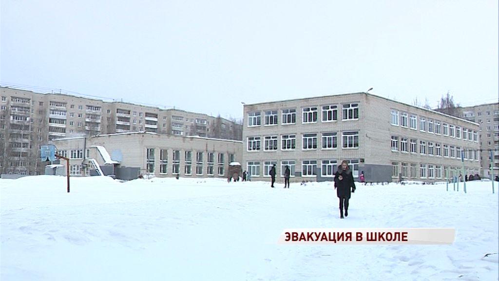 Утро для учеников 68-й школы началось с анонимного сообщения о минировании