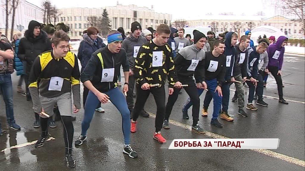Две сотни молодых, красивых, да еще и в форме: на Советской площади прошел забег кадетов