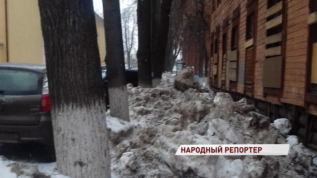 На Ползунова тротуары завалены льдом и снегом