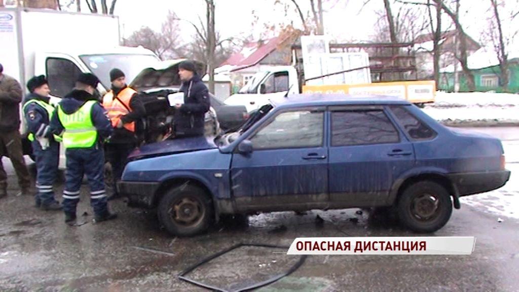 Легковушка и грузовик не разъехались этим утром на Тутаевском шоссе