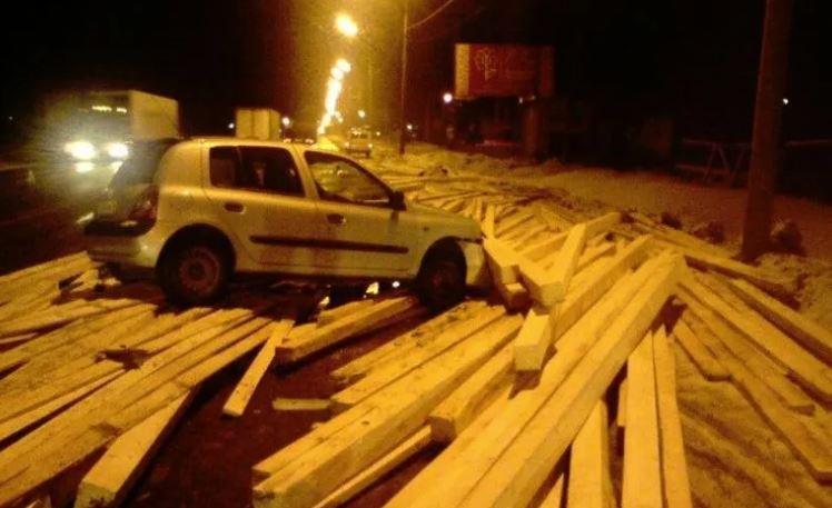 На трассе М-8 легковушку завалило деревянным брусом