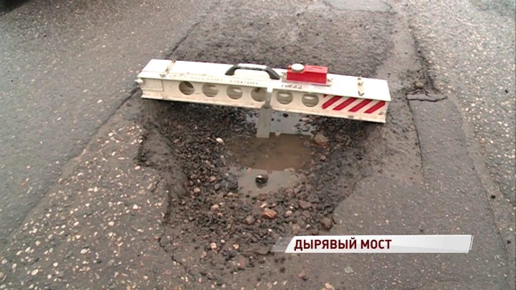 Подъезды к Октябрьскому мосту осыпало выбоинами: когда ждать ремонт