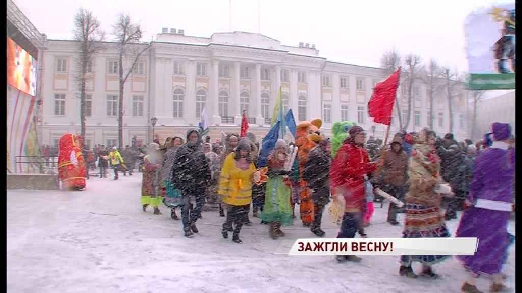 В первый день Масленицы по Ярославлю прошлись герои сказок и мультфильмов