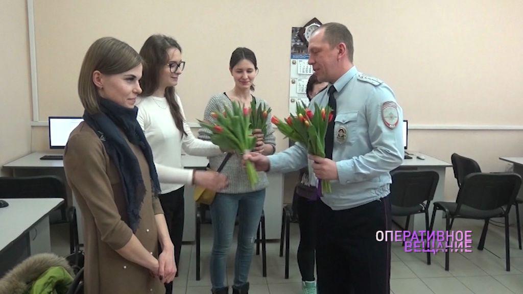 Сотрудники ГИБДД встречали посетительниц с цветами в честь 8 марта