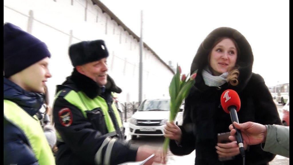 Вместо жезла – букет: сотрудники ГИБДД поздравили дам с 8 Марта