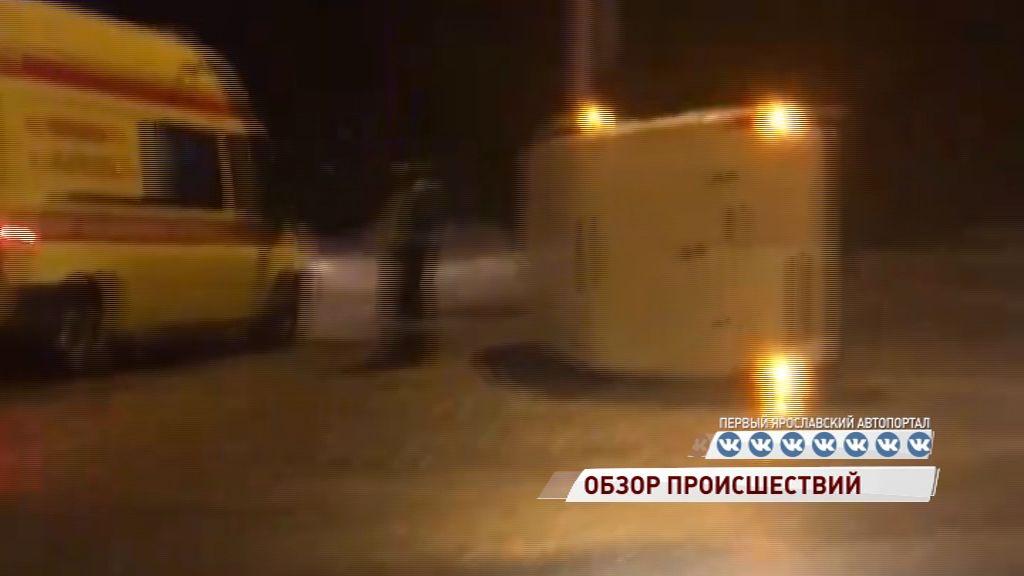 На съезде с Октябрьского моста перевернулся фургон