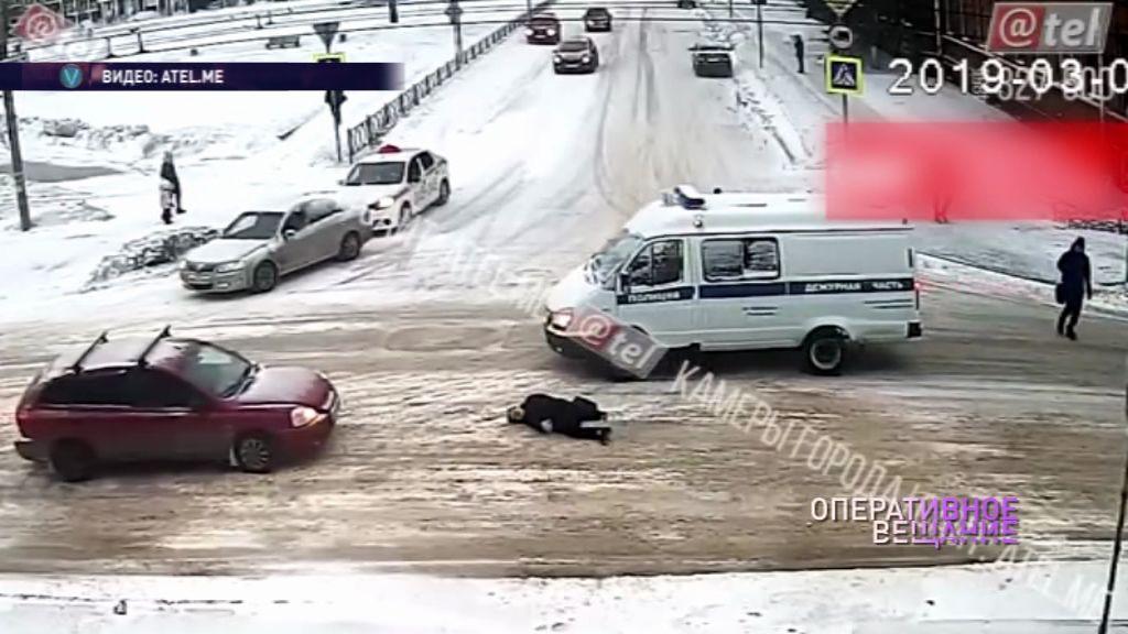 ВИДЕО: В Рыбинске пенсионерка попала под колеса полицейского автомобиля