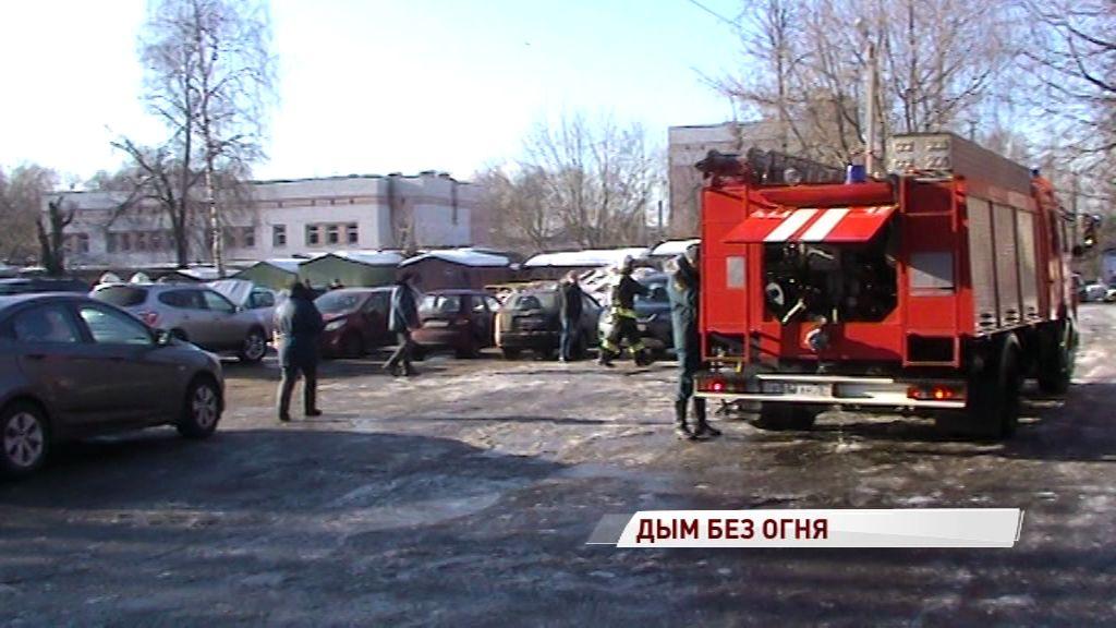 На парковке у Соловьевской больницы задымилась иномарка