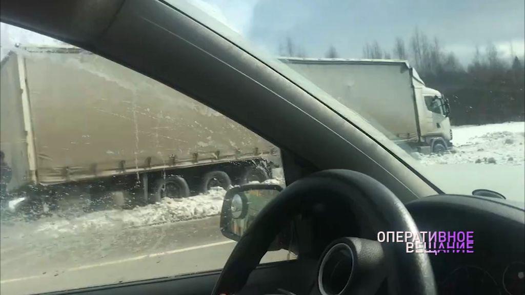 Под Переславлем фура съехала с дороги