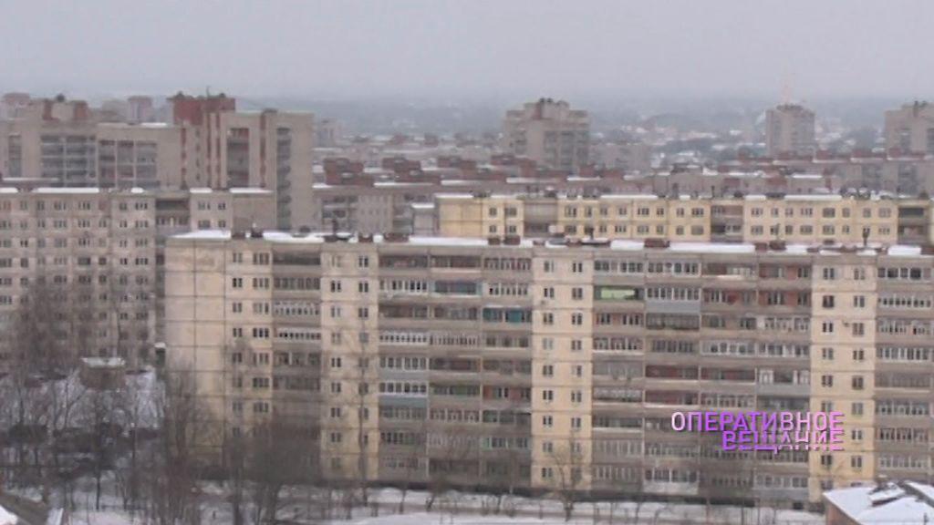 В Рыбинске женщина вышла на балкон с близнецами и стала кричать, что сбросит их