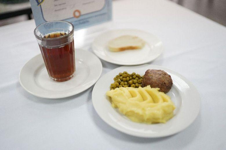 Родители попробовали школьную еду на дне открытых дверей: вкусно ли было