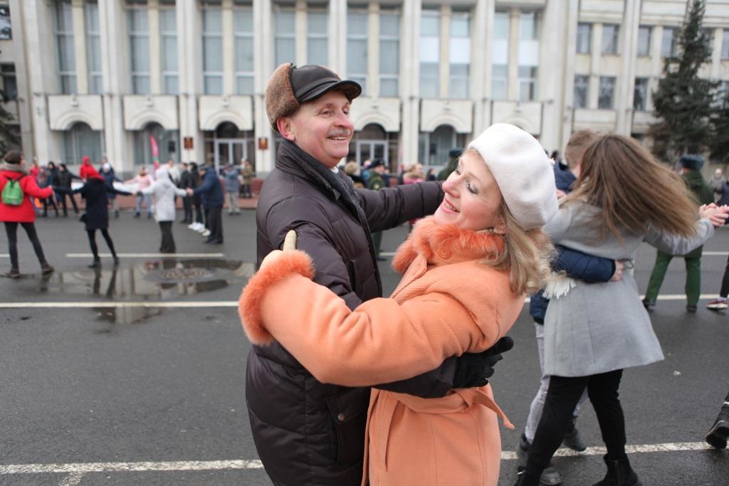 """На Советской площади сто пар станцевали """"Севастопольский вальс"""""""