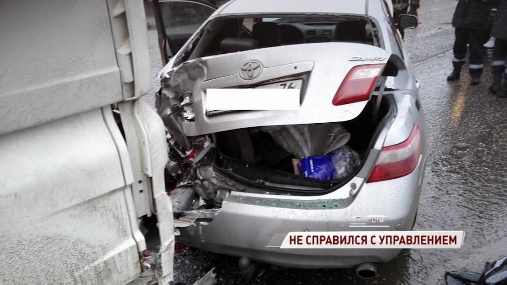 Водитель легковушки не справился с управлением на ярославской окружной дороге