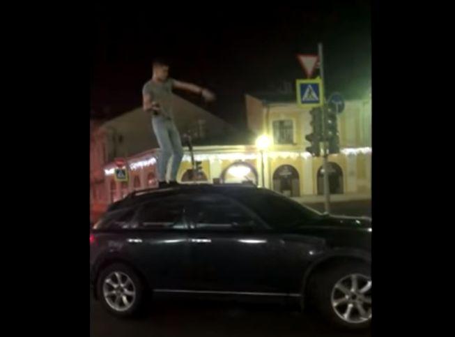 Припарковался у мэрии, устроил фонтан из шампанского и разделся: в сети появилось эпатажное видео