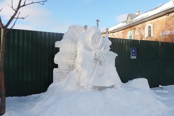 Осужденные сделали памятник для Софийского монастыря