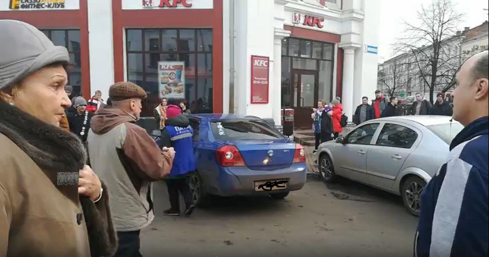В центре Ярославля общественный транспорт встал из-за брошенной машины