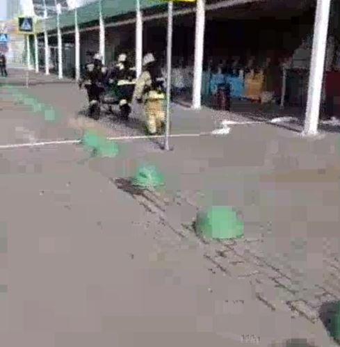 Пожарные и спасатели: у торгового центра в Ярославле скопление спецслужб