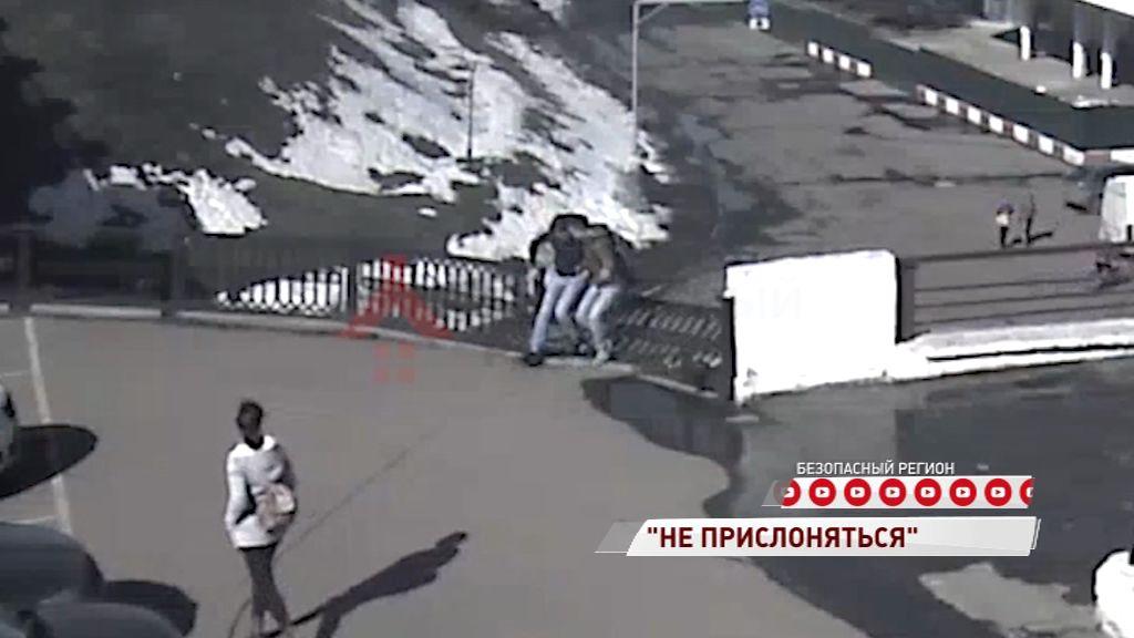 ВИДЕО: Ярославцы чуть не рухнули с волжской набережной, облокотившись на ограду