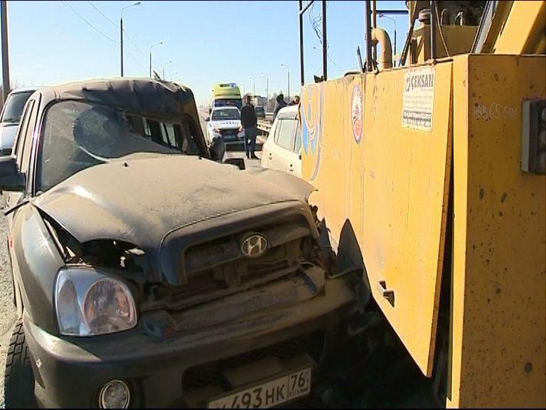 Иномарка влетела под КАМАЗ на развязке Юбилейного моста