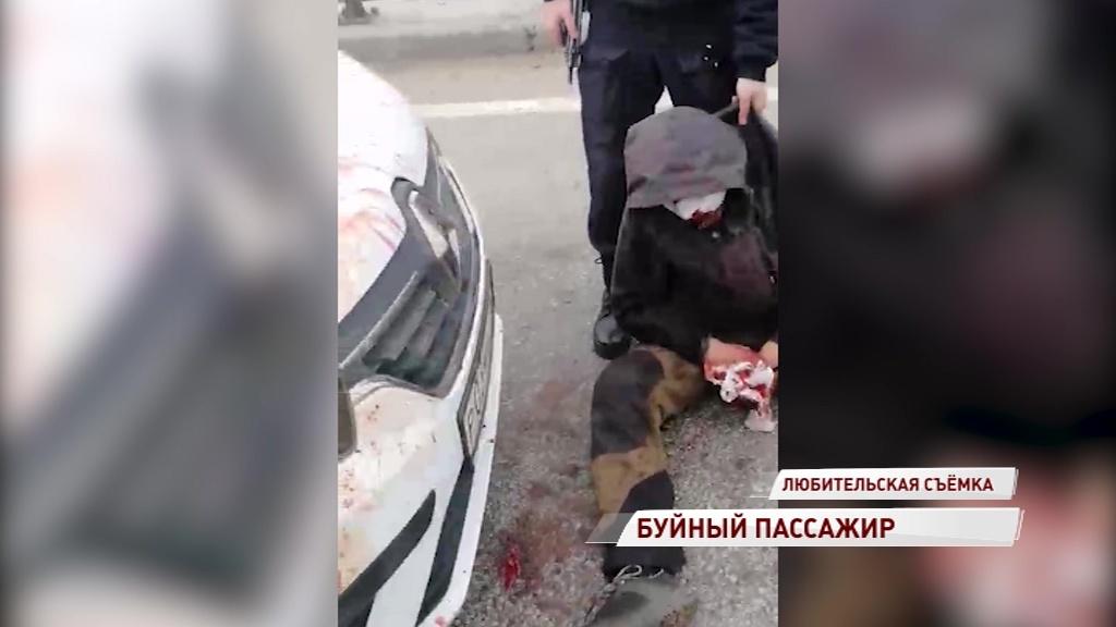 ВИДЕО: Буйный пассажир такси устроил резню прямо на дороге