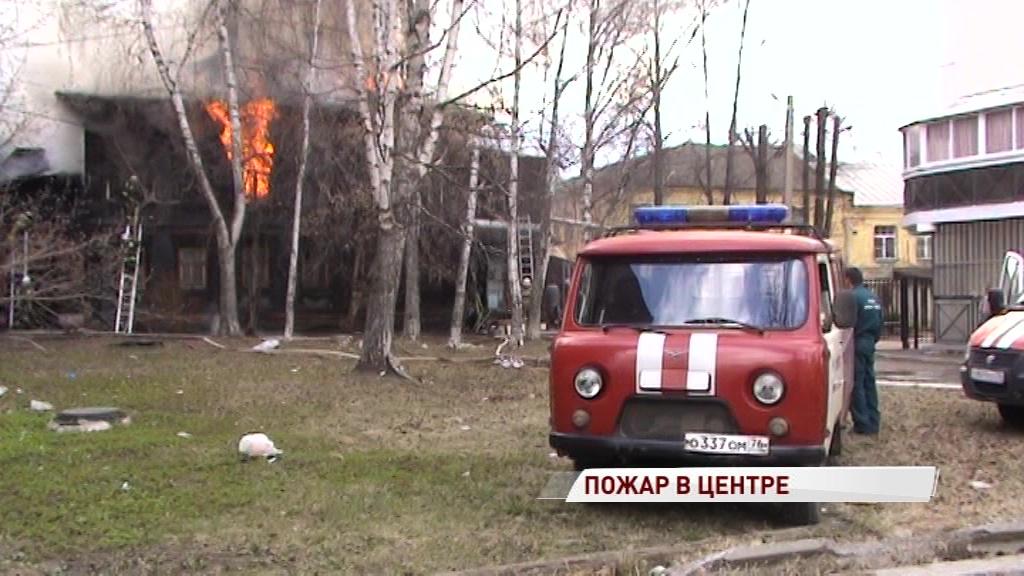 Крупный пожар в центре Ярославля: загорелся расселенный дом