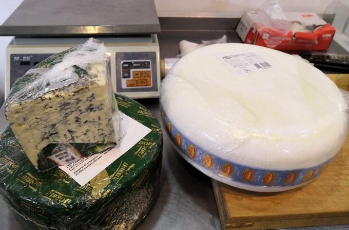 В Ярославле сожгли девять кило сыра с плесенью