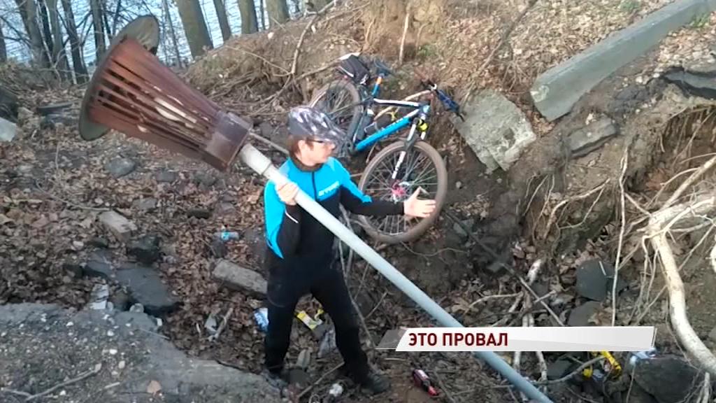В Ярославле на Волжской набережной появилась огромная яма