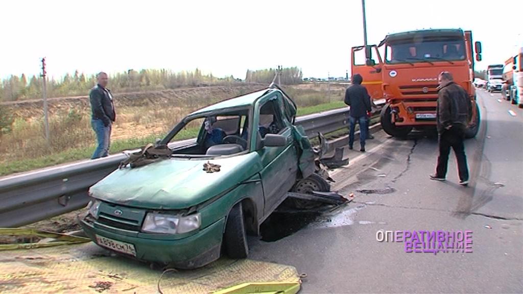 На Юбилейном мосту самосвал раздавил ВАЗ: в машине ехали женщина с ребенком