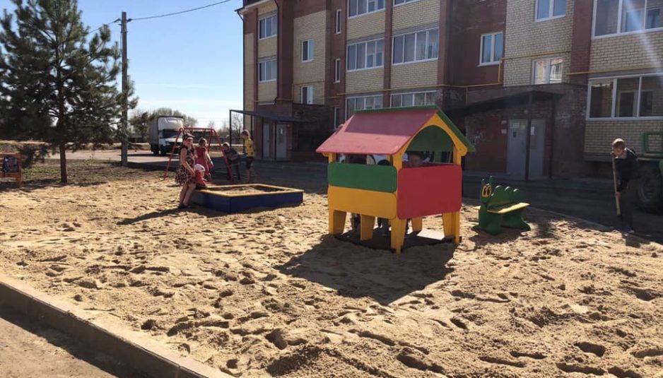 В Ярославском районе после просьб в соцсетях депутат установил детский городок