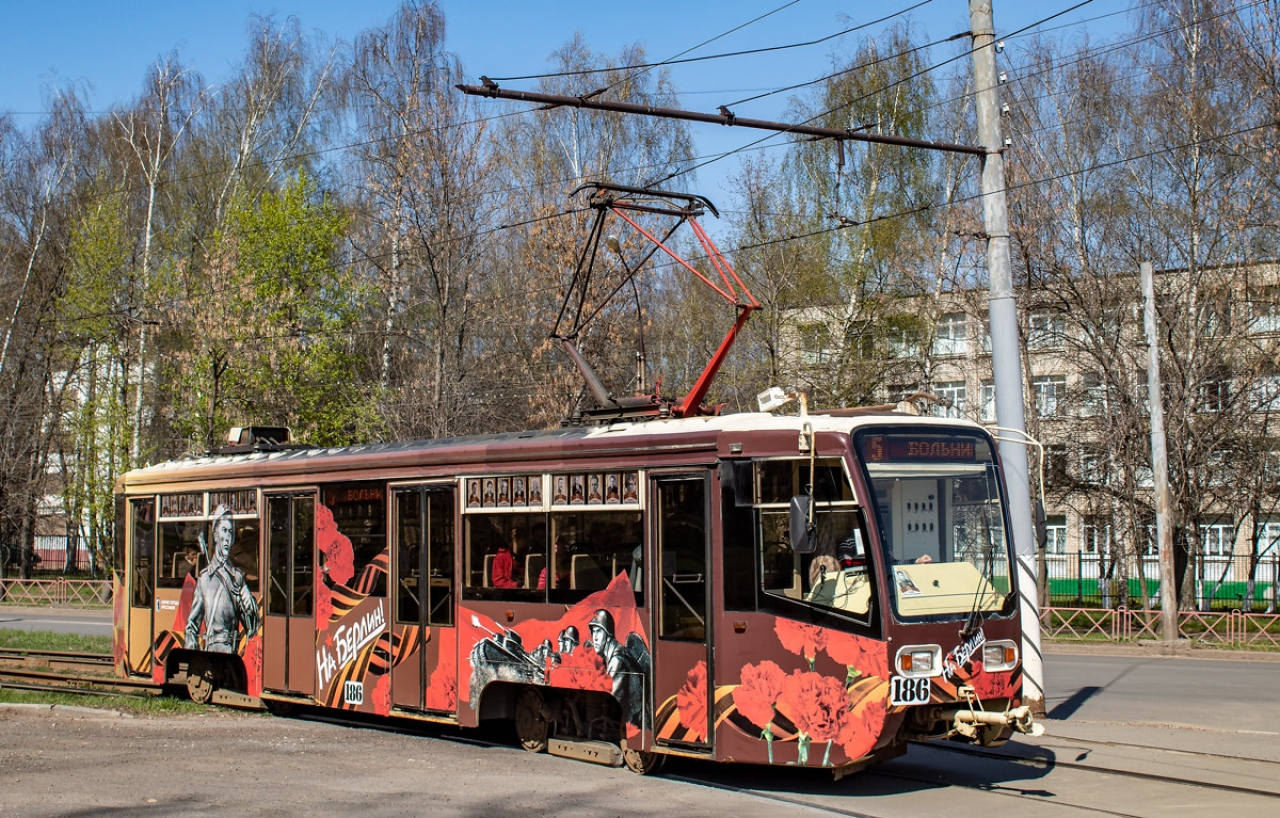 По Ярославлю начал курсировать трамвай Победы