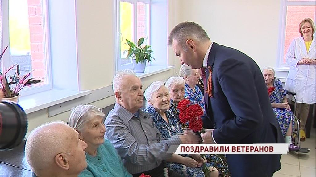 Власти региона навестили ветеранов в госпитале и поздравили их с Днем Победы