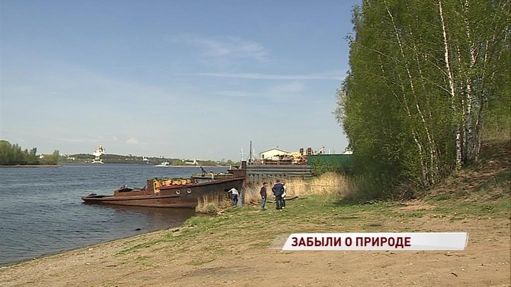 Жители Тверицкой набережной обеспокоены свалкой старых кораблей на берегу