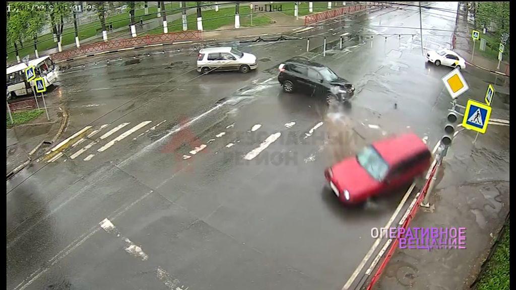 Не уступил дорогу и протаранил авто: в Сети появилось видео серьезной аварии в Ярославле