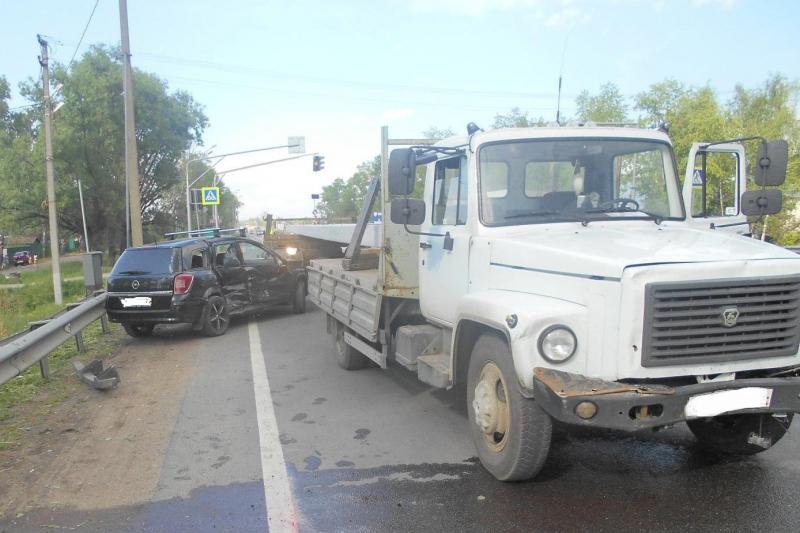 В Ростовском районе грузовик протаранил иномарку