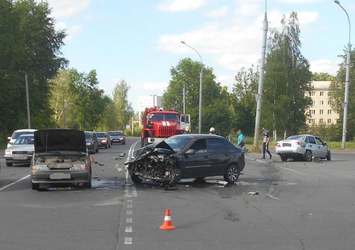 В Рыбинске столкнулись четыре автомобиля: есть пострадавшие