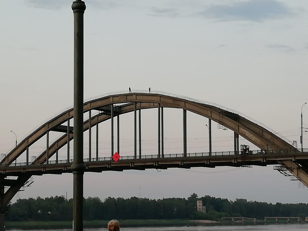Опасное селфи: рыбинские подростки забрались на верхушку Волжского моста