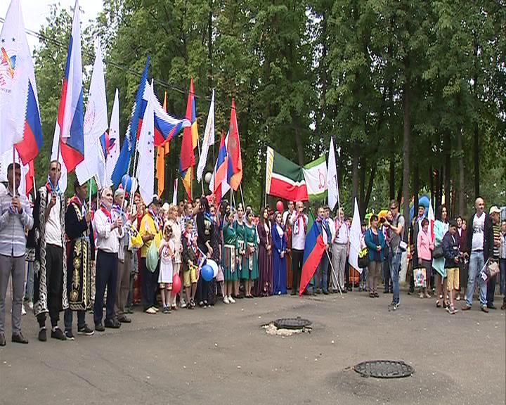 В День России более 300 человек в национальных костюмах прошлись по центру Ярославля