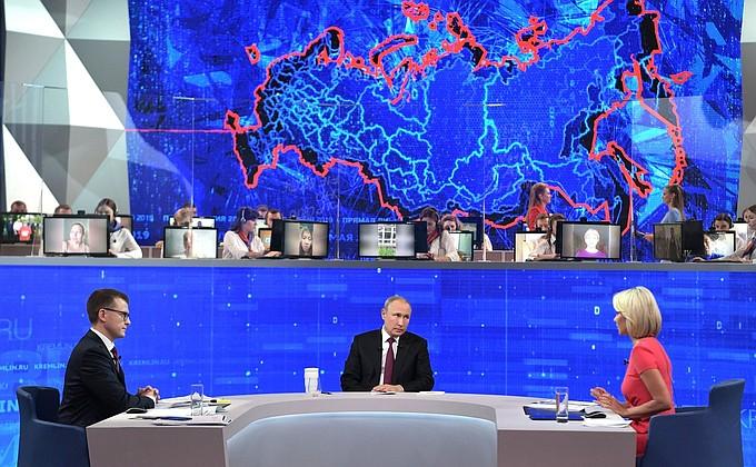 Во время прямой линии Владимир Путин объяснил суть закона об оскорблении власти