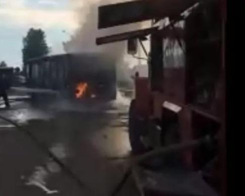 Сгорел полностью: в Ярославле полыхал пассажирский автобус