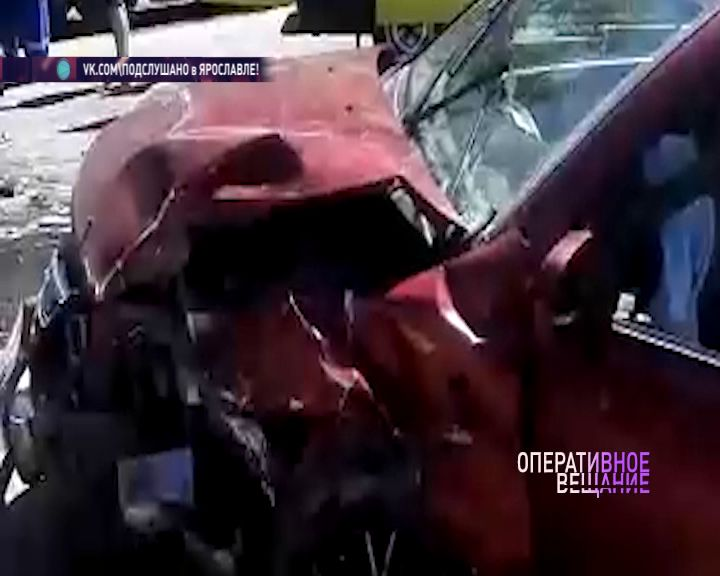 Спасателям пришлось вызволять водителя из машины после жуткой аварии в Ярославле