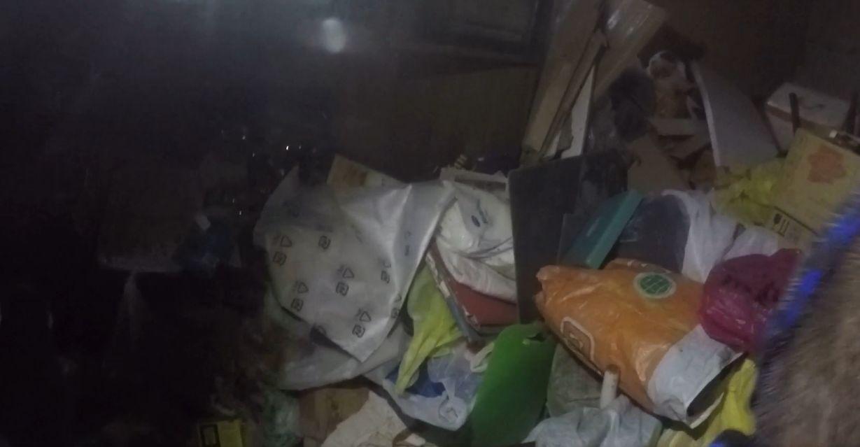 Пенсионерку завалило мусором в собственной квартире